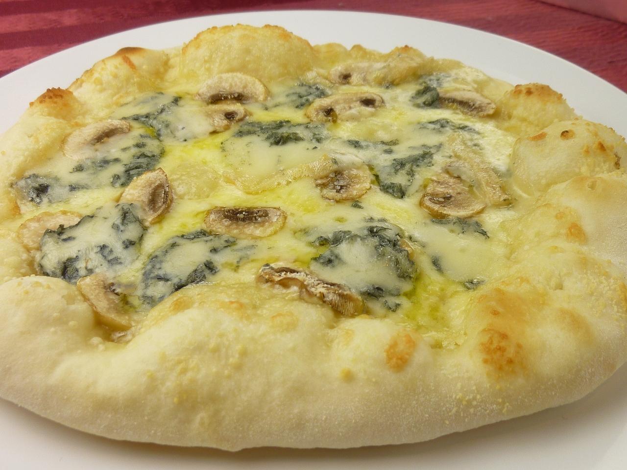 ゴルゴンゾーラときのこのピザ