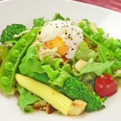 蒸し鶏と温泉卵のシーザーサラダ